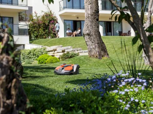 Bild Husqvarna: Seit 25 Jahren sind die Automower von Husqvarna im Dienste des perfekten Rasens unterwegs. Sie schenken Zeit, den Garten zu geniessen.