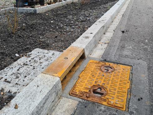 Bild Stdt Zürich: Der Abfluss in die Kanalisation ist verschlossen. Das Wasser fliesst im Sommer in den bepflanzten Strassenrand.