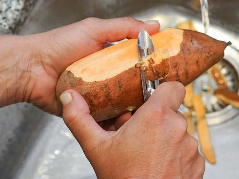 Bild Picturegarden Rohner: Süsskartoffeln werden wie normale Kartoffeln geschält.