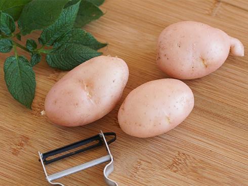 Bild Picturegarden  Rohner:  `Sarpo Una` besticht mit rosafarbener Schale und hellem Fleisch.