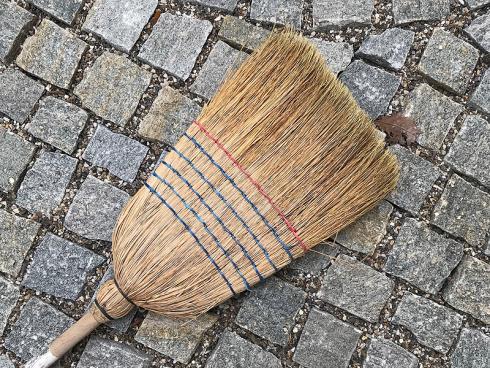Bild garten.ch: Der klassische Besen eignet sich gut für kleine Flächen, auch wenn das Laub nass ist.