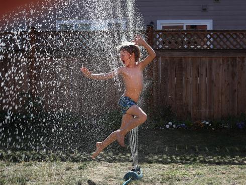 Bild Johan Bos from Pexels: Das Nützliche mit Spass kombiniert. Kinder geniessen es, wenn Wasser im Spiel ist.