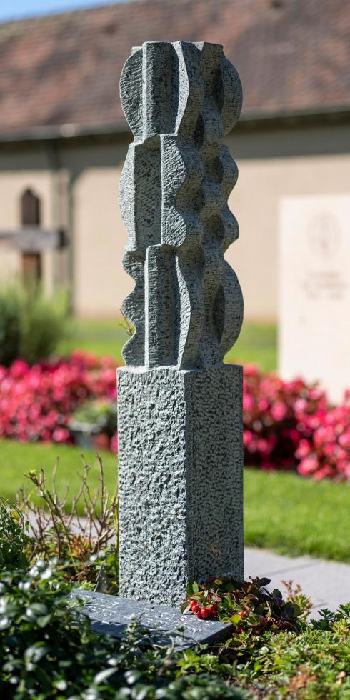 Foto Lukas Gysin, Basel: Eines von acht im Jahr 2020 ausgezeichneten Grabmälern, im Bild das Grabmal des Bildhauers Daniel Caprez aus Riehen.