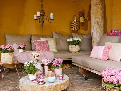 Foto: GPP. - Möchte man ein rustikales Ambiente auflockern, bieten sich Kalanchoë in Pastelltönen an. Sie sorgen für helle Lichtreflexe zwischen groben Naturmaterialien, wie Holz.