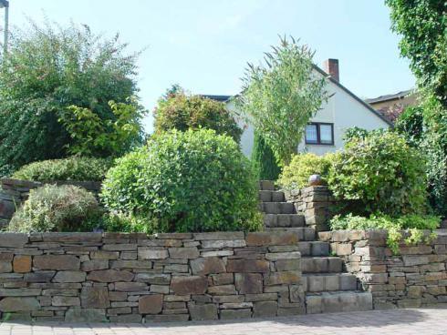 Foto: BGL. -  Gerade für Gärten mit Hanglage bieten sich Trockenmauern an, denn mit ihnen können zusätzliche Pflanzflächen auf verschiedenen Stufen geschaffen werden.
