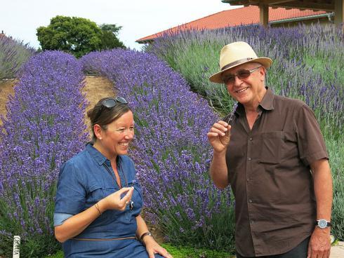 Foto GPP: Klaus Schlosser (r.) vom Kräutergarten Klostermühle in Edenkoben. An keiner anderen Stelle in Deutschland wachsen so viele Downderry und andere Lavendel wie auf diesem gärtnerischen Kleinod in der Südpfalz.