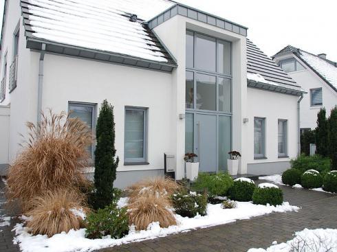 Bild BGL: Da man jeden Tag mindestens zweimal durch den Vorgarten geht, sieht man diesen Gartenteil auch im Winter mit besonderem Interesse.