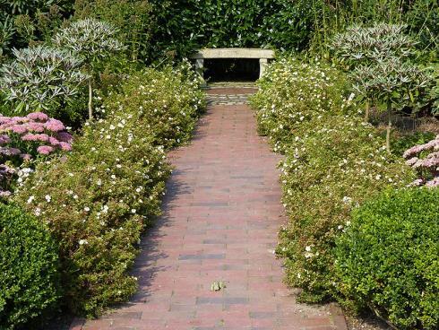 Foto: BGL. - Anders als in den grossen barocken Anlagen ist der 'Point de vue' im privaten Garten erheblich kleiner, doch nicht weniger eindrucksvoll. So lässt sich beispielsweise eine Bank wunderbar in Szene setzen.