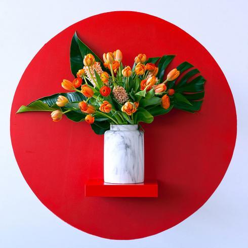 Foto TulpenZeit: Grundsätzlich sollte ein Strauss immer so zusammengestellt werden, dass er dem Geschmack des zu Beschenkenden entspricht. Hier: Gefüllte Tulpen, Hyazinthen und Ranunkeln kombiniert mit exotischem Blattschmuck.