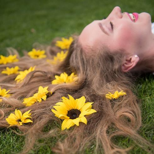 Foto Sunsation: Sommerfeeling pur zieht in den Sozialen Netzwerken! Also ab auf die grüne Wiese und Sonnenblumenblüten ins Haar drapieren. Das ergibt den perfekten Shot!