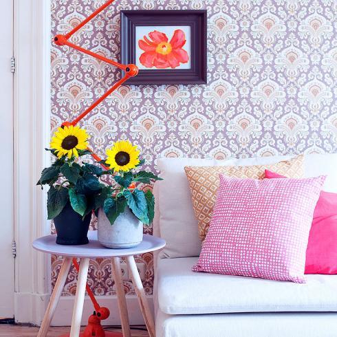 Foto Sunsation: Eine Mustertapete, eine Vintage-Lampe und eine grossblütige Sunsation Sonnenblume, so geht eine Instagrammable Location.