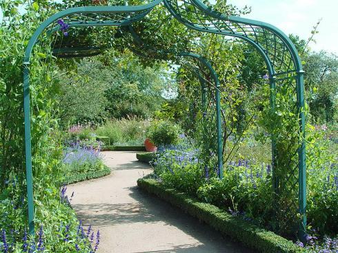 Foto: BGL. - Wie im englischen Landschaftsgarten spielen auch in dessen Miniaturausgabe klare Strukturen eine wichtige Rolle: Mit Mauern, Hecken und Formgehölzen werden verträumte Gartenräume geschaffen, in denen eine üppige Pflanzenvielfalt blüht.