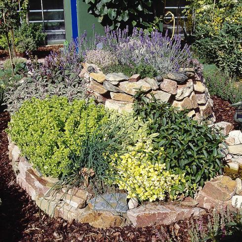 Bild BGL: Eine Kräuterspirale ist eine schöne Möglichkeit, verschiedene Aromapflanzen auf kleinem Raum zusammenzubringen.