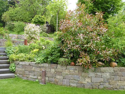 Foto: BGL. - Trockenmauern sind ideal, um Gärten in Hanglage eine Form zu geben, da sich mit ihnen gerade Ebenen auf verschiedenen Stufen schaffen lassen. So entstehen zusätzliche Flächen, die abwechslungsreich bepflanzt werden können.