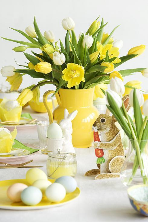 Foto: TulpenZeit/ibulb. - Wer schon das Osterfrühstück mit einer Extraportion Vitalität und Energie beginnen möchte, dem seien für die Tischdeko Tulpen in einem sonnig-warmen Gelb und einem hell-leuchtenden Weiss empfohlen.