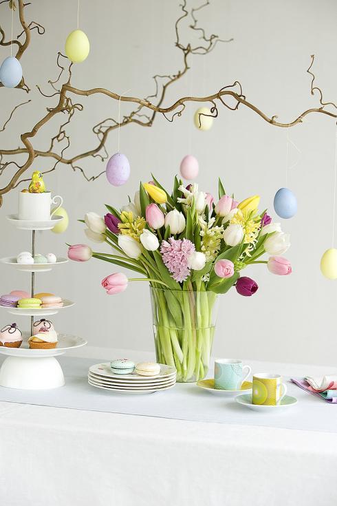 Foto: TulpenZeit/ibulb. - Auch mit anderen Frühblühern wie beispielsweise Hyazinthen lassen sich Tulpen in der Vase wunderbar kombinieren. Wer es verspielter mag, wählt für die Kaffeetafel Blüten in zarten Pastelltönen.