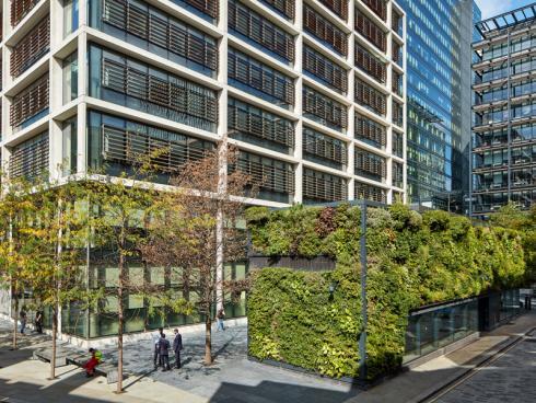 Foto: Helix. - 'Helix Biomura': Vorkultivierte, bereits dicht mit Pflanzen bewachsene Kassetten geben einem Gebäude in kürzester Zeit ein völlig neues Aussehen.
