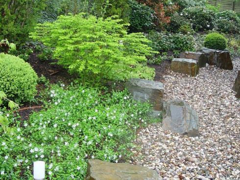 Foto BGL: Bei grösseren Vorgärten empfiehlt sich auch ein Kiesweg, der von der Strasse bis zum Haus führt. Hier fast natürlich anmutend mit Natursteinen kombiniert.