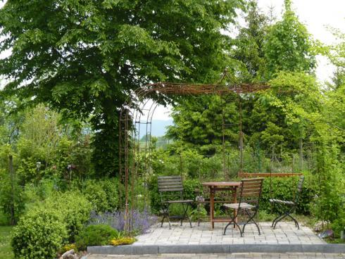 Foto BGL:  Neben Sonnenschirm, Markise und Sonnensegel ist auch die gekonnte Platzierung von Gewächsen wie grossen Bäumen oder Kletterpflanzen eine schöne Möglichkeit, Sitzplätze im Garten zu beschatten und so ein Klima zu schaffen, in dem es sich gut und gerne aushalten lässt.