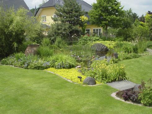 Bild BGL: Flächen lassen sich durch die Verwendung verschiedener Materialien oder Pflanzen klar voneinander trennen. Das kann zum Beispiel ein Beet sein, das vorwitzig in die ordentliche Rasenfläche hineinragt.