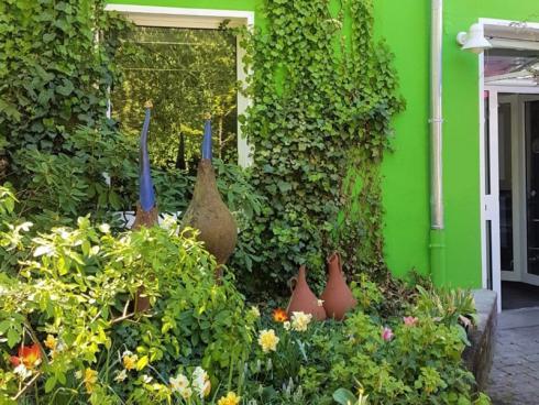 Bild BGL: Ein abwechslungsreich bepflanzter Vorgarten ist wie ein freundliches Willkommen, dass durch das Jahr immer wieder auf neue schöne Weise empfängt.