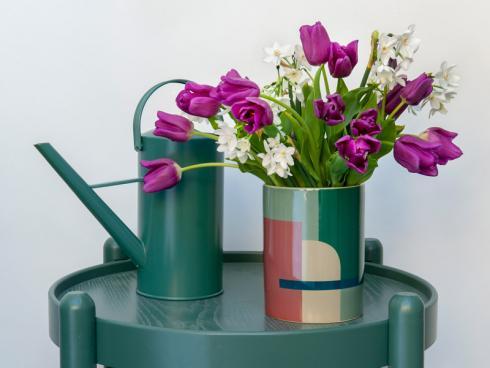 """Bild TulpenZeit/ibulb: Vor allem Tulpensorten in prägnanten Tönen gehören in jedem Fall auf """"Recentered Stage"""". Die Blütenblätter sollten dabei unbedingt einen farblichen Kontrast zum Gefäfl bilden."""