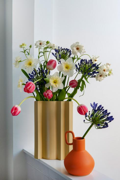 Bild TulpenZeit/ibulb: Recentered Stage: Auch wenn Blüten die Hauptrolle spielen, führen sie doch nicht Regie: Stattdessen bestimmt das Design der Vasen - das idealerweise besonders interessante geometrische Formen aufweist - die Art des Blumenschmucks.