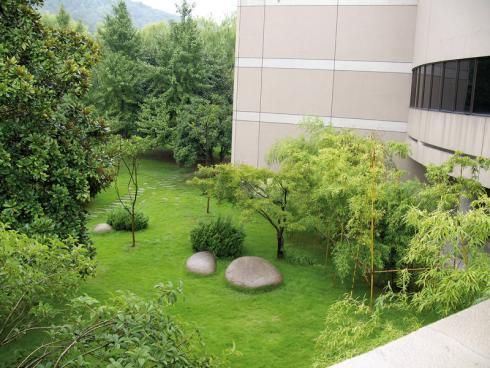 Bild BGL: Ein Firmengarten schafft eine Wohlfühlatmosphäre und bietet einen Ort für ruhige Momente zwischendurch, an dem die Mitarbeiter den Kopf freibekommen können - auch alleine.