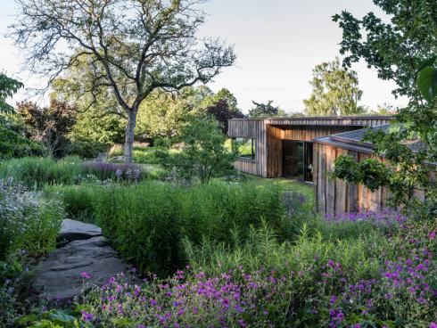 """Bild: Graf Luckner/BGL - Peter Berg: """"Ein nachhaltiger Garten besteht nach unserem Verständnis ausschliefllich aus natürlichen und wiederverwendbaren Materialien - Pflanzen, Wasser, Naturstein, Erde, Holz."""""""