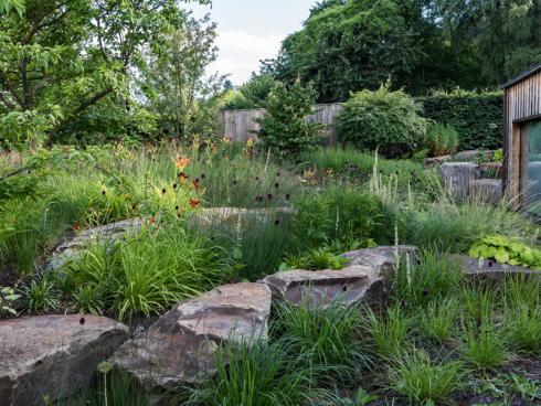"""Bild: Graf Luckner/BGL - Peter Berg: """"Wir denken viel zu oft nur zweidimensional, dabei machen Höhenunterschiede Gärten gerade interessant und ermöglichen eine bessere Raumbildung und Privatsphäre."""""""