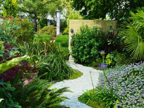 Bild Appeltern: Während des letzten Jahres haben die Gärtner vor Ort unermüdlich gepflanzt und gepflegt - und das sieht man! Die Gärten von Appeltern präsentieren sich förmlich herausgeputzt. Es grünt und blüht überall!