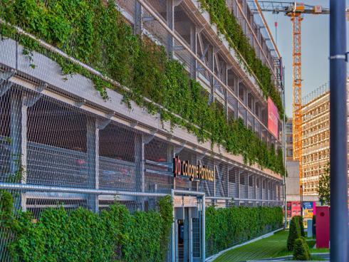 """Bild Helix: Das neue, hochmoderne Parkhaus im Quartier """"I/D Cologne"""" ist bereits fertiggestellt. Optisch bildet der Baukörper einen starken Kontrast zu den umliegend entstehenden Immobilien mit ihren dunklen Ziegelklinkern."""