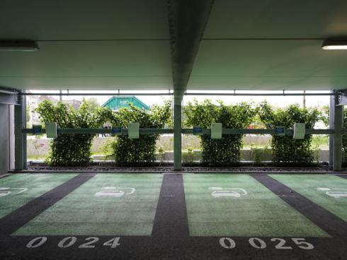 Bild Helix: Durch die Beschattung und die Wasserverdunstung schaffen die Pflanzen in den Sommermonaten ein angenehmes, kühles Klima im Parkhaus.