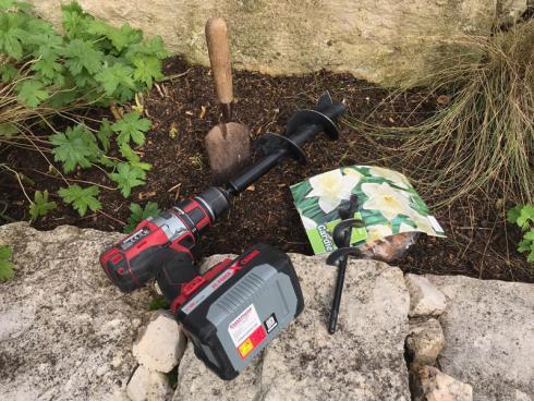 Bild garten.ch: In vielen Fällen ist der Einsatz eines Erdbohrers effizienter als die Pflanzung mit dem Handspaten.