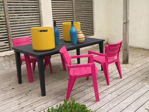 Bild garten.ch: Knallige Farben von Gartenmöbeln und Gefässen als Blickfang im Garten