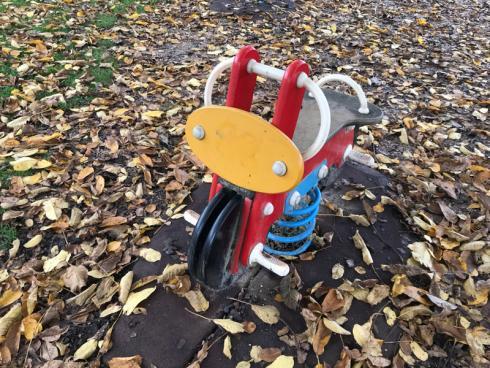 Bild garten.ch: Federwippen sind für kleine Kinder eine Herausforderung. Nur schon das raufklettern und gleichzeitig die Balance zu halten ist nicht einfach.
