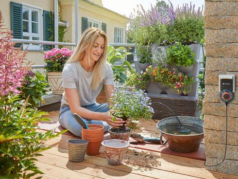 Kräuter und Gewürze brauchen nicht viel Platz. Sie lassen sich, zusammen mit Blumen auch gut auf Balkon oder Dachterrasse ziehen. Wer nicht genügend Platz hat, pflanzt sie bunt gemischt in ein vertikales System wie NatureUp! von Gardena (rechts im Bild).