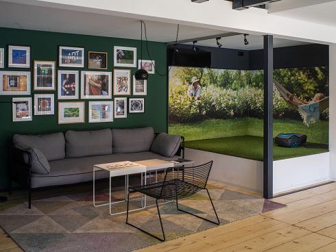 Bild Gardena: Sofaecke mit angrenzender Produkte Präsentationsplattform für den Rasenroboter