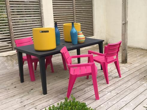 Bild garten.ch: Wenn es noch nicht so richtig blüht und eher grau und dunkel ist, lassen sich auch mit Gartenmöbel und Gefässen Farbtupfer setzen.