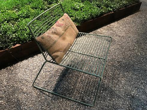 Bild garten.ch: Leichte Gartenmöbel lassen sich mit Drahtseilen und Schlössern an Pergolen- und Zaunpfosten gegen Diebstahl sichern.