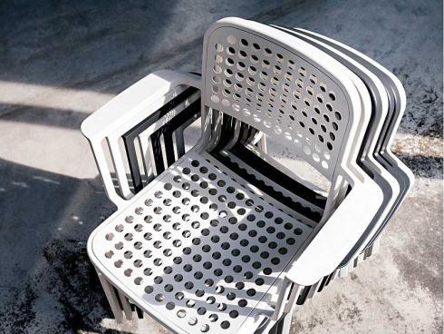 Platzmacher: Wetterfest, leicht stapelbar und stilvoll - der Stuhl Lausanne des Westschweizer Designers Adrien Rovero für Atelier Pfister. (Bild: Atelier Pfister)