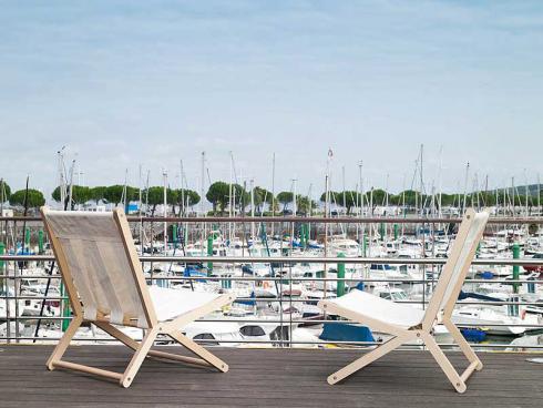 Sonnenanbeter: Auf diesen coolen Deck Chairs aus rezyklierten Segelstoffen des spanischen Labels «Dvelas» ist ein Platz an der Sonne gewiss. Zu sehen auf der Giardina bei mygarden. (Bild: Dvelas)