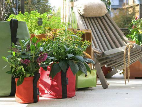 Der Garten im Sack: In den Pflanzsäcken von BACSAC finden grosse und kleine Pflanzen Platz. So entstehen auch auf Balkonen und Terrassen flexible und farbenfrohe Gärten. (Bild: Veg and the City)