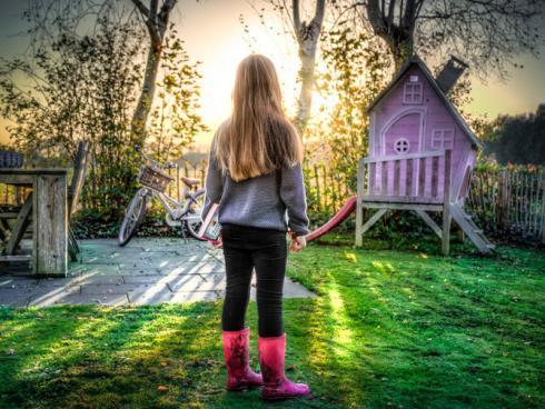 Bild @Skitterphoto (CCO-Lizenz) / pixabay.com: Ein Dach, ein trockener Platz und etwas Privatsphäre schätzen Kinder im Garten.