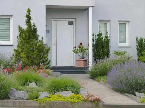 Bild BGL: Mit Gräsern und Immergrünen Halbsträuchern wie Lavendel ist der Vorgarten nicht nur im Sommer, sondern durchs Jahr attraktiv.