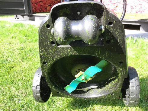 Bild garten.ch: Die Mulchmesser schneiden auf unterschiedlicher Höhe. Der Rasenabschnitt wird gleichzeitig durch einen Luftstrom nach unten gedrückt.