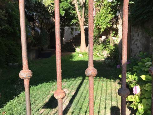 Bild garten.ch: Ein massives Eisentor schützt vor unbefugtem Zutritt lässt aber die Sicht frei.