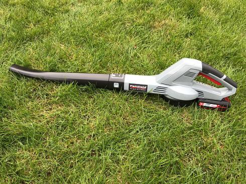 Bild garten.ch: Laubbläser-Scham ist im kommen. Sein Image ist nicht gut. Bei trockener Witterung bei grossen Flächen sehr effizient. Mit Akku betrieben leiser als ein Rasenmäher.