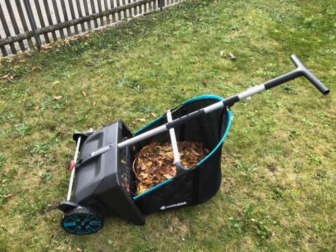 Bild garten.ch: Der Laubsammler von Gardena ermöglicht ein rasches und sauberes Entfernen von Laub auf Grünflächen. Praktisch ist der grosse abnehmbare Fangsack, der sich einfach auf dem Kompost entleeren lässt.