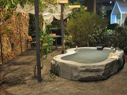 Bild: garten.ch im vollen Leben Brunnen und Bistrotisch im privaten Bereich Sichtschutz mit verschiedenen Elementen